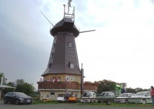 Elektrofahrzeuge vor der Neuen Holländermühle
